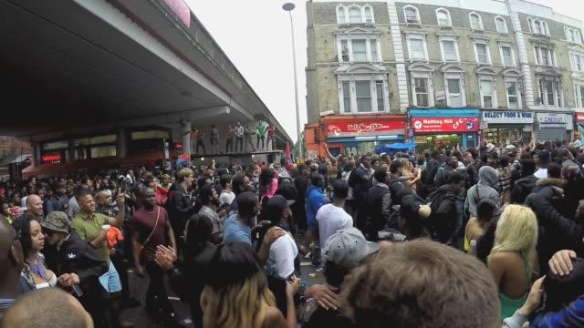 stockvideo's en b-roll-footage met street revelers and parade goers at the annual notting hill carnival, london, 2015. - festivalganger