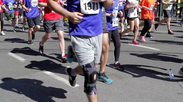 vídeos de stock, filmes e b-roll de corrida de rua - maratona