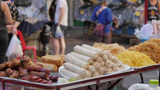 street scene and street food on khao san road, bangkok, thailand, southeast asia, asia - バンコク点の映像素材/bロール