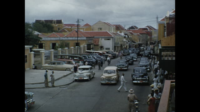 vidéos et rushes de 1954 home movie street scene / aruba, lesser antilles  - 1954