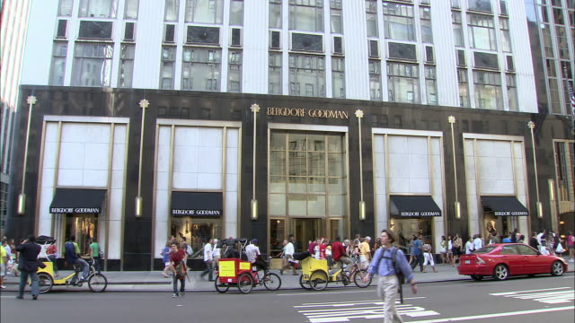 vidéos et rushes de ws, street scene at bergdorf goodman store, fifth avenue, new york city, new york, usa - piétons