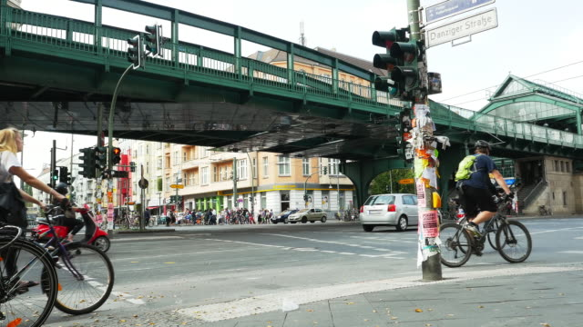 street scene at eberswalder strasse station in berlin - road junction stock-videos und b-roll-filmmaterial