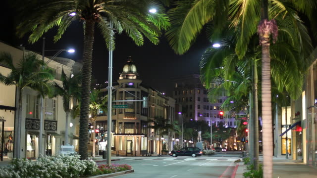 ws street scene at night / hollywood, los angeles, california, usa - beverly hills stock-videos und b-roll-filmmaterial