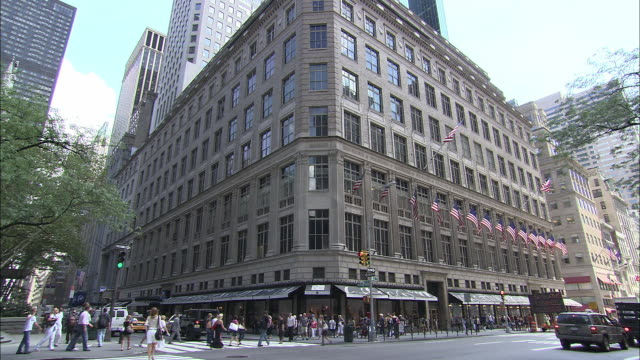 WS, Street scene at Saks Fifth Avenue, New York City, New York, USA