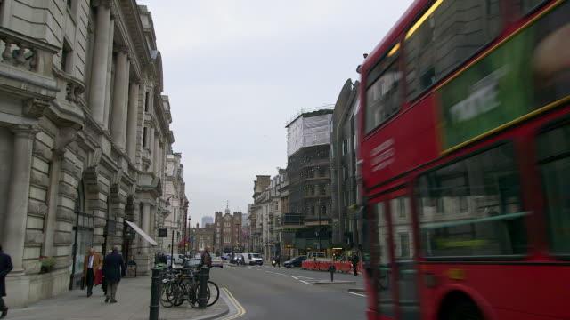 vídeos de stock e filmes b-roll de ws street scene at westminster / london, england, united kingdom - autocarro de dois andares