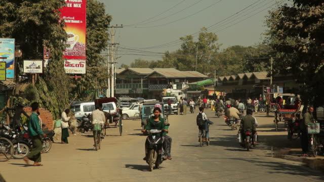 ws street scene / bagan, myanmar - ミャンマー点の映像素材/bロール