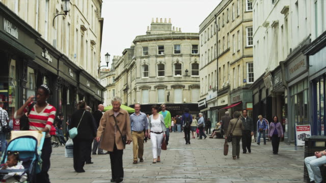 ws street scene / bath, somerset, uk - zona pedonale strada transitabile video stock e b–roll