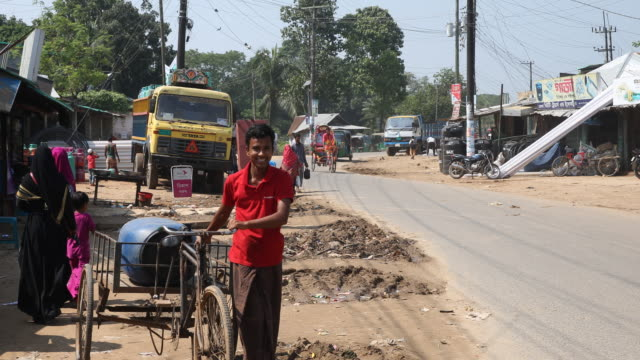 vidéos et rushes de cox´s bazar bangladesh october 16 2018 street scene in a street near a village from cox's bazar in bangladesh people are walking on the streets... - pousse pousse