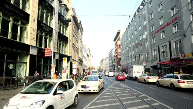 straße-szene in berlin (mitte), zeitraffer - taxi stock-videos und b-roll-filmmaterial