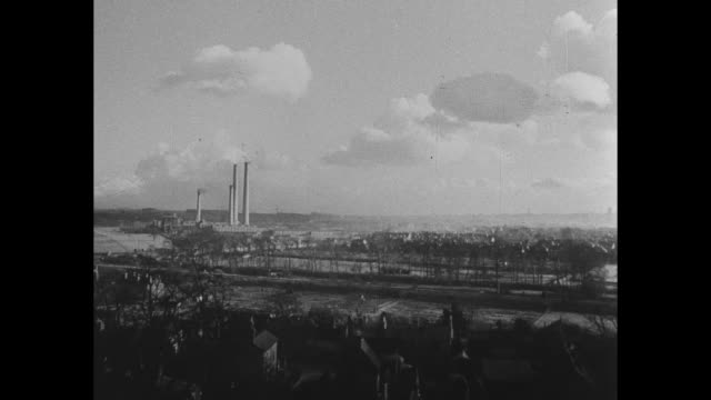 street scene in britain's greatest steel center as described by narrator vo possibly sheffield // smokestacks and factories in light industrial area... - シェフィールド点の映像素材/bロール