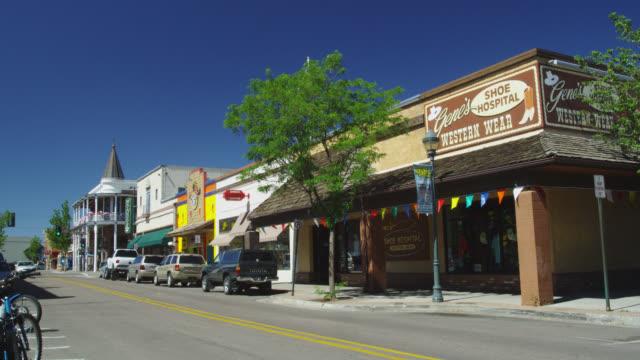 street scene in flagstaff, le roux street, arizona, united states - flagstaff arizona video stock e b–roll