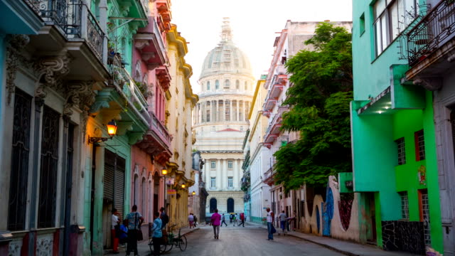 strada di scena all'avana, cuba con capitolio in background - cuba video stock e b–roll