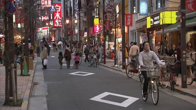 vídeos y material grabado en eventos de stock de ws street scene in kagurasaka, tokyo, japan - letrero de tienda