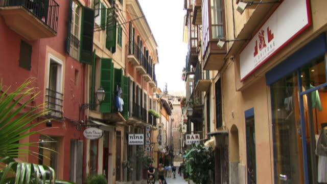 ms, tu, street scene in old town, spain, balearic islands, mallorca, palma - urlaubsort stock-videos und b-roll-filmmaterial