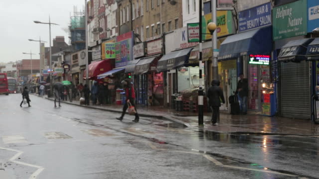 vídeos de stock e filmes b-roll de ws street scene in rainy day / peckham, london, england, united kingdom - peckham