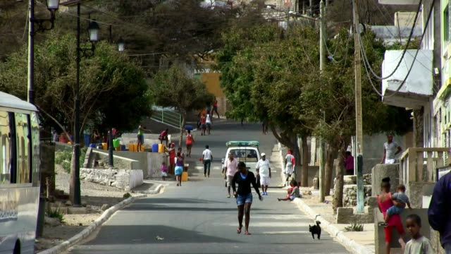 vídeos y material grabado en eventos de stock de street scene in salamansa, cape verde, sao vicente island - cabo verde