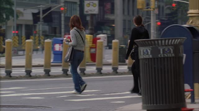 vídeos de stock e filmes b-roll de ms pan street scene including pedestrians, stoplights and clock / manhattan, new york, usa - rasto de movimento