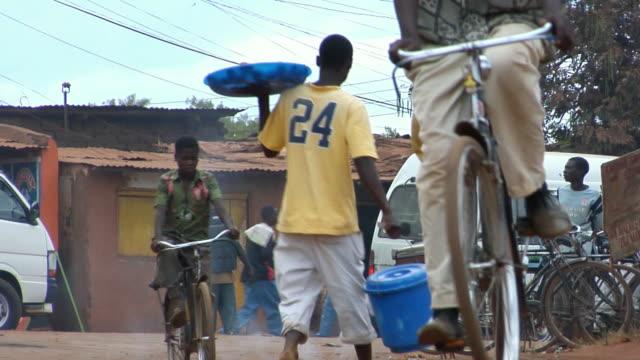 vídeos de stock e filmes b-roll de ms, street scene, lilongwe, malawi - malávi