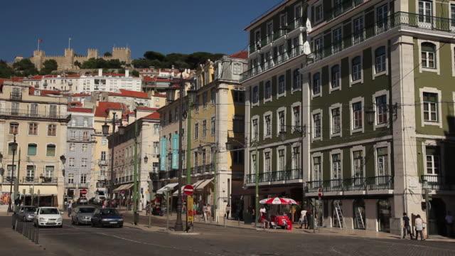 ws street scene / lisbon, portugal - campo totale video stock e b–roll