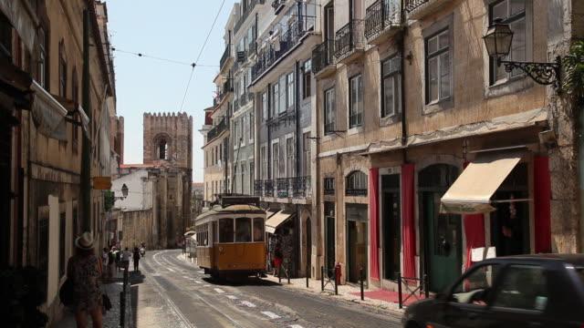 vídeos y material grabado en eventos de stock de ws street scene / lisbon, portugal - tranvía