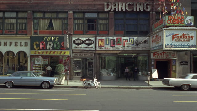 vidéos et rushes de 1965 ws street scene / new york city, new york, usa - 1965