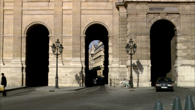 ms, street scene, paris, france - kopfsteinpflaster stock-videos und b-roll-filmmaterial