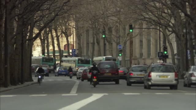 vidéos et rushes de ws street scene, paris, france - feu de signalisation pour véhicules