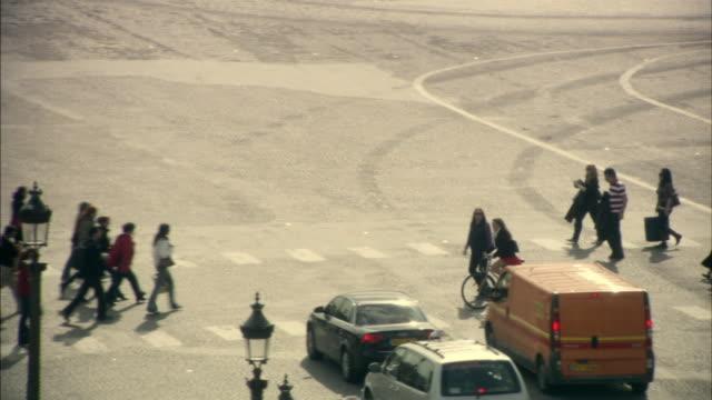vidéos et rushes de ws ha pan street scene, paris, france - passage pour piétons