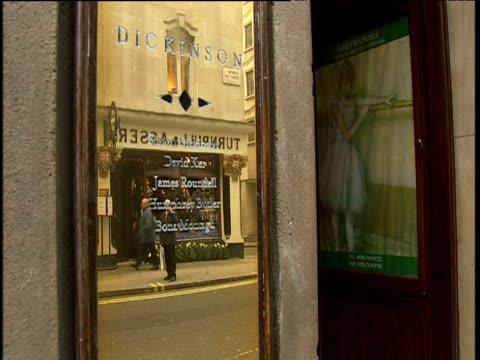 vidéos et rushes de street scene reflected in office plaque london - plaque rue