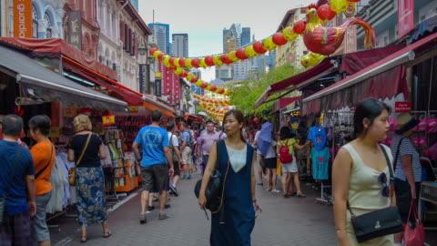 vidéos et rushes de street scene singapour china town et métro station china town - singapour