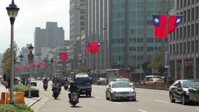 vídeos y material grabado en eventos de stock de ws street scene / taipei, taiwan - bandera de taiwán