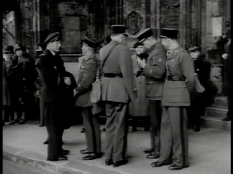 street scene, traffic, people waiting for bus, double-decker passing. french officers standing together on sidewalk. charles de gaulle in royal... - royal albert hall点の映像素材/bロール