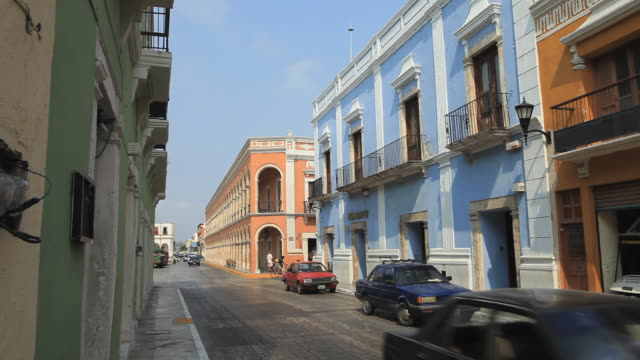 vídeos y material grabado en eventos de stock de ws street scene with colorful buildings and cars, merida, yucatan, mexico - mérida méxico