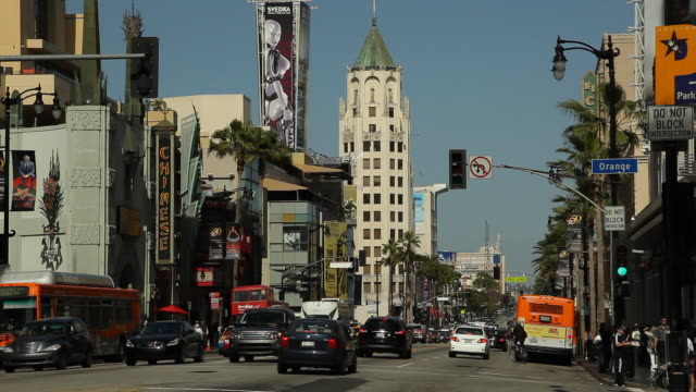 vídeos de stock, filmes e b-roll de ws street scene with first national bank building in background / hollywood, los angeles, california, usa - hollywood boulevard