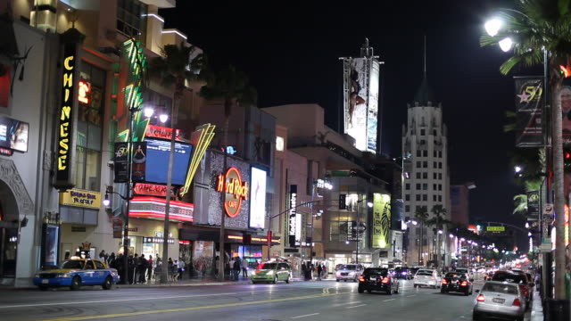 vídeos de stock, filmes e b-roll de ws street scene with first national bank building in background, night / hollywood, los angeles, california, usa - hollywood boulevard