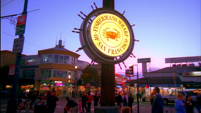 stockvideo's en b-roll-footage met ms, street scene with fisherman's wharf sign in foreground, dusk, san francisco, california, usa - fisherman's wharf san francisco