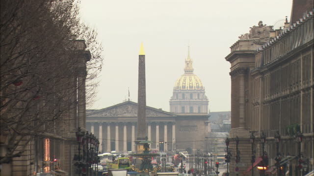 vidéos et rushes de ws zo street scene with hotel des invalides and heavy traffic / paris, france - 2004