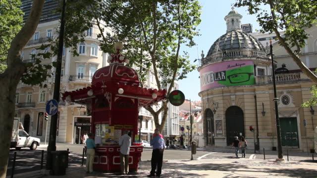 ws street scene with kiosk / lisbon, portugal - kiosk stock-videos und b-roll-filmmaterial