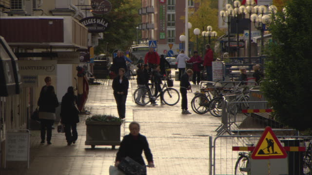 ws ha street scene with pedestrians and cyclists / vaxjo, sweden - svezia video stock e b–roll