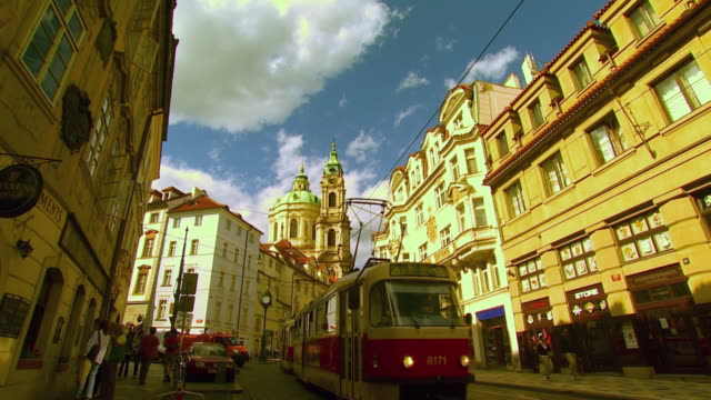 ws la zi cu street scene with st nicholas cathedral / prague, czech republic - prague stock videos & royalty-free footage