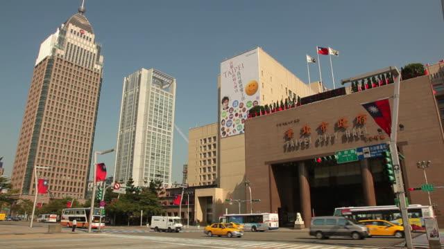 vídeos y material grabado en eventos de stock de ws street scene with taipei city hall / taipei, taiwan - bandera de taiwán