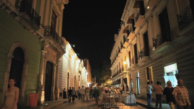 vídeos y material grabado en eventos de stock de ws street scene with tourists moving past outdoor restaurant, merida, yucatan, mexico - mérida méxico