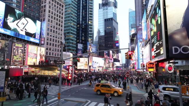 ws street scene with traffic and neons illuminated at dusk / times square, new york city, usa - butiksskylt bildbanksvideor och videomaterial från bakom kulisserna
