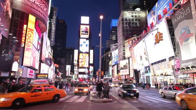 ws street scene with traffic and neons illuminated at night / times square, new york city, usa - マンハッタン タイムズスクエア点の映像素材/bロール