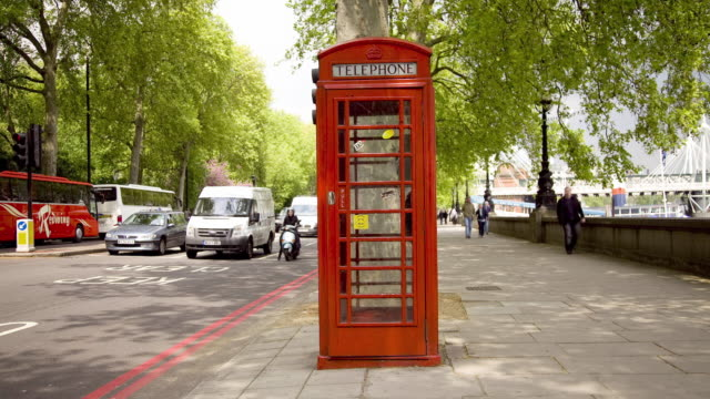t/l ws street scene with traffic around telephone booth / london, uk - 電話ボックス点の映像素材/bロール