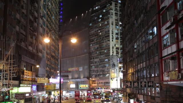ws ha td street scene with traffic at night / hong kong, china - 路面軌道点の映像素材/bロール