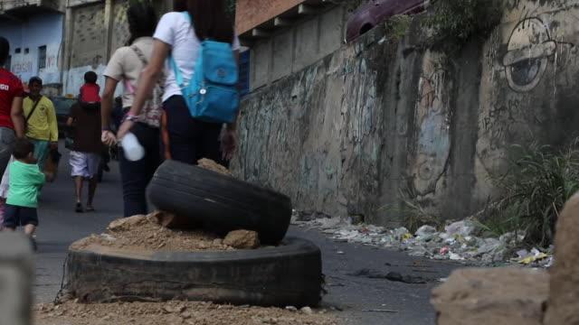 street scenes in residential area of caracas - privatfahrzeug stock-videos und b-roll-filmmaterial