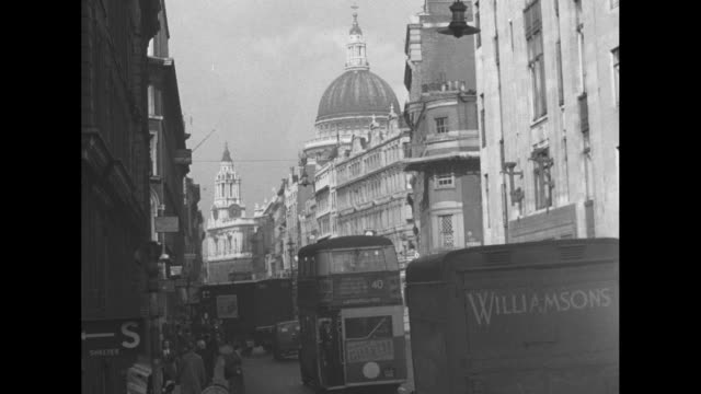 vídeos y material grabado en eventos de stock de vs street scenes london on ludgate hill with st paul's cathedral in background double decker buses move away / man works in hole in street fixing... - ataque con bomba
