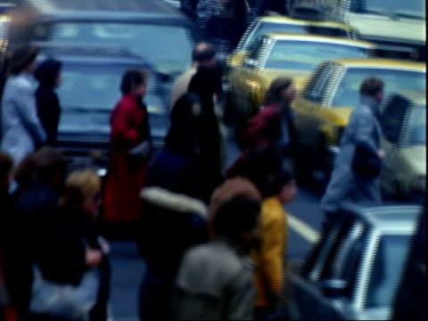 street scenes midtown manhattan winter / pedestrians crossing street fed ex delivery truck waiting for them to pass / crowded sidewalks pedestrians... - 1985 stock-videos und b-roll-filmmaterial