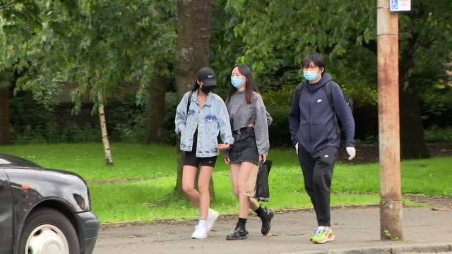 vidéos et rushes de street scenes of people wearing face masks in glagow as they are made mandatory to wear in shops in scotland due to coronavirus pandemic - écosse